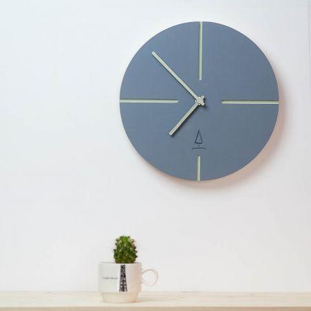 Sferturi - ceas lemn masiv de perete, vedere frontala cu detaliu ambient
