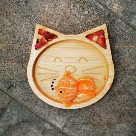 Tăviță din lemn masiv de molid, sub formă de pisicuță, vedere frontală ambient.