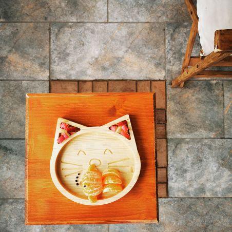 Tăviță din lemn masiv de molid, sub formă de pisicuță, vedere frontală ambient 2.