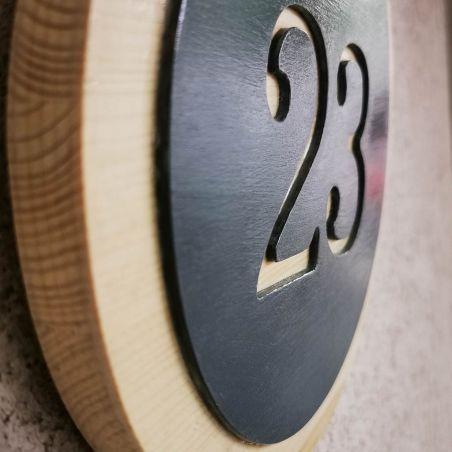 Număr de casă rotund din lemn, vedere laterală.