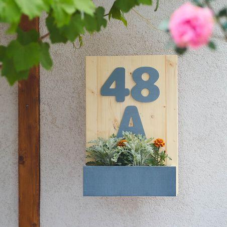 Număr de casă din lemn masiv cu jardinieră - vedere ambientală