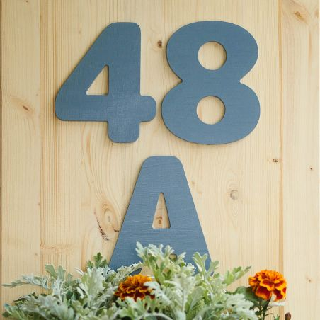Număr de casă din lemn masiv cu jardinieră - vedere din față de detaliu