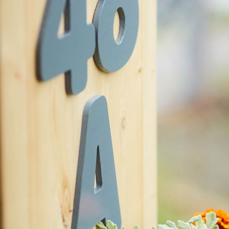 Număr de casă din lemn masiv cu jardinieră - vedere din unghi de detaliu
