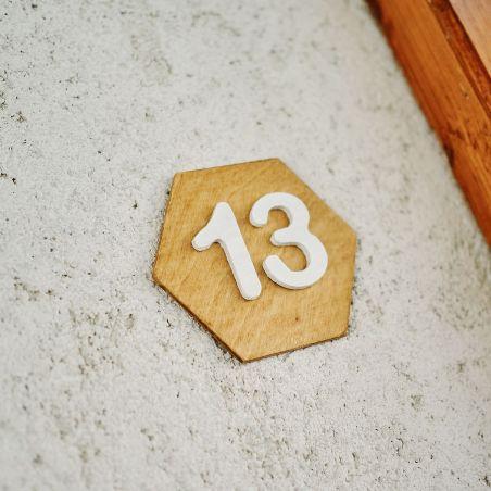 Număr hexagonal de apartament din lemn masiv, vedere laterală în diagonală
