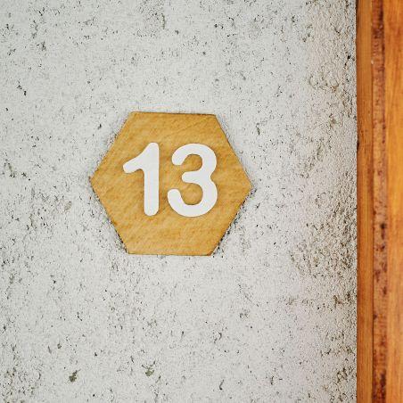 Număr hexagonal de apartament din lemn masiv, vedere frontală