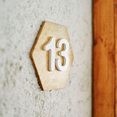 Număr hexagonal de apartament din lemn masiv, vedere laterală
