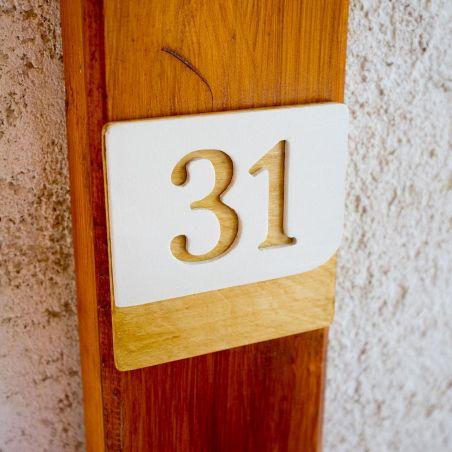Număr pătrat de apartament din lemn masiv, vedere frontală, alb