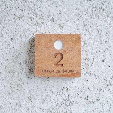 numar apartament din lemn masiv de fag, vedere frontala