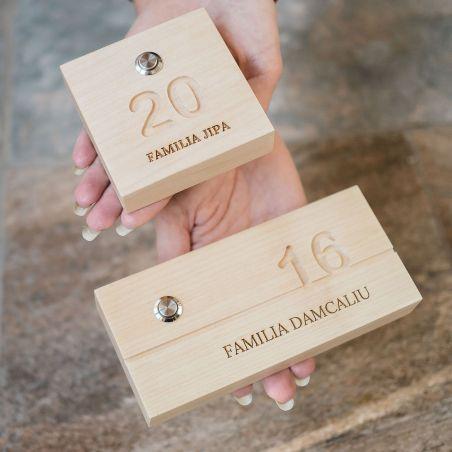 numar dreptunghiular din lemn de paltin, cu sonerie wireless, alaturi de numar patrat din lemn cu buton sonerie